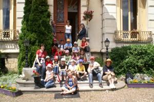 Devant le musée du costume à Scey-sur-Saône.
