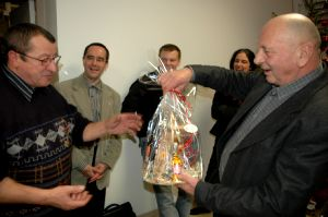 Le maire a remis un cadeau à chaque employé municipal.