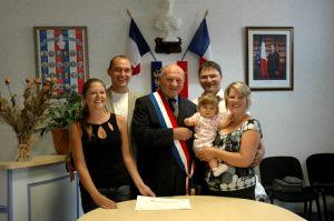 Louise, ses parents (à droite),  sa marraine et son parrain avec le maire sous le regard de Marianne.