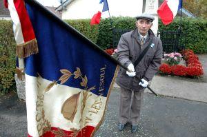 René Lami, porte-drapeau des anciens combattants devant le monument aux morts