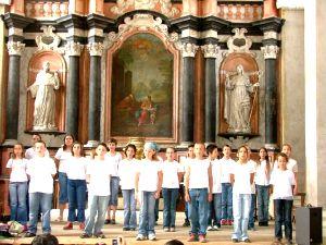 Ecole qui chante dans la chapelle de l'abbaye