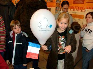 Drapeau tricolore et ballon à l'effigie du Bleuet.