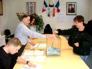 Le benjamin Thomas Blanchard et le doyen Pierre Carlet lors de la tenue du bureau de vote