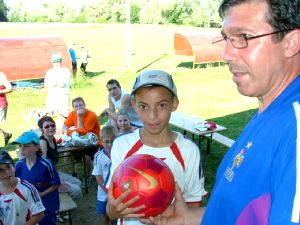 José Ferreira, président de l'AS Montigny remet le ballon du Portugal à Anas, vainqueur par tirage au sort.