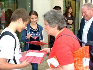 Marie (à gauche) lors de la remise des prix.