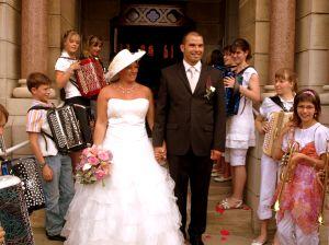 Isabelle et Michaël à la sortie de l'église entourés de musiciens des Boléros.