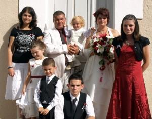 Maryline et Auguste entourés de leurs enfants.