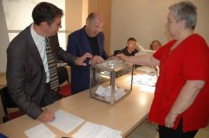Pascale Nolot lors du vote sous le regard de Franck Tisserand et Robert Morlot.