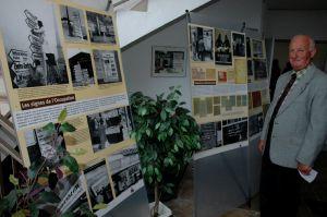 Yves Dormoy devant l'exposition prêtée par l'ONAC.