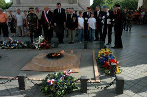 Ravivage de la Flamme sous l'Arc de Triomphe.