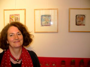 Anne Gérard-Bendelé devant une partie de ses oeuvres.