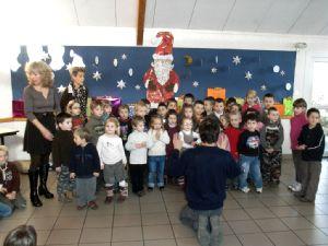 Les écoliers ont interprété des chants de Noël.